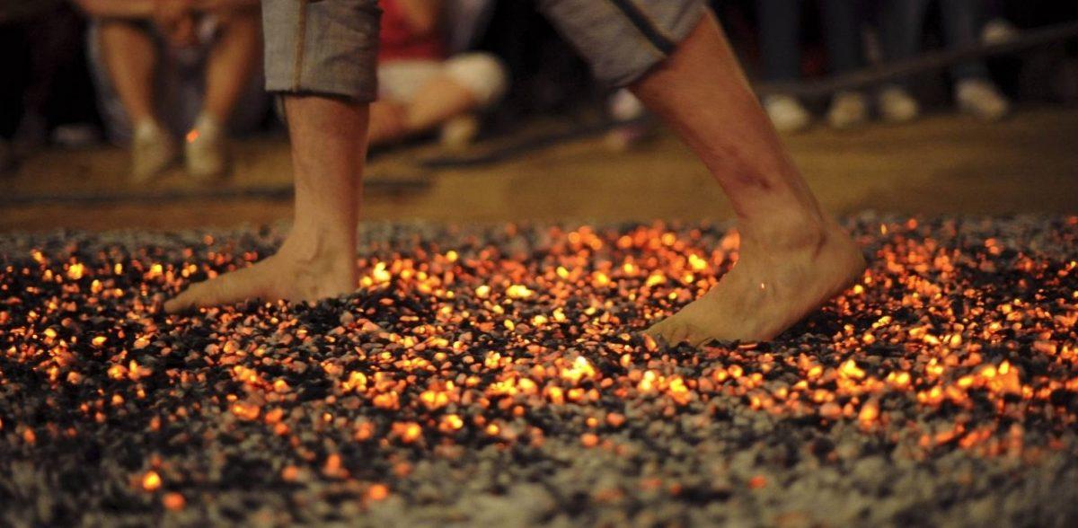 Pies descalzos sobre el fuego