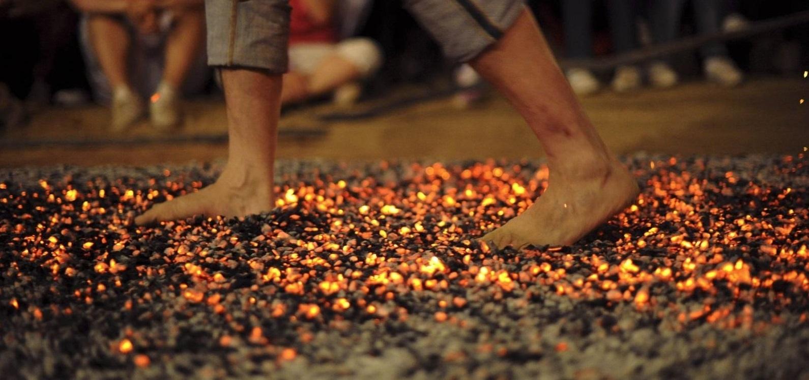 ► FIREWALKING Caminar descalzo sobre el FUEGO