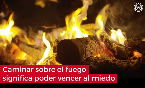 Firewalking caminar sobre fuego significa poder vencer el miedo