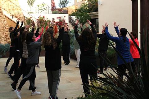 Grupo de participantes haciendo ejercicios corporales para activar sus dones