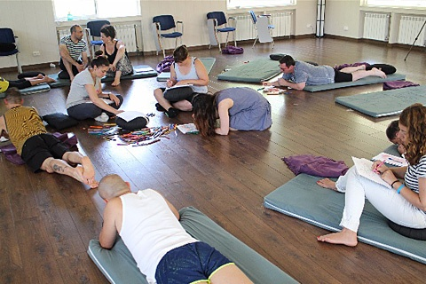 Participantes haciendo un ejercicio creativo para activar sus dones